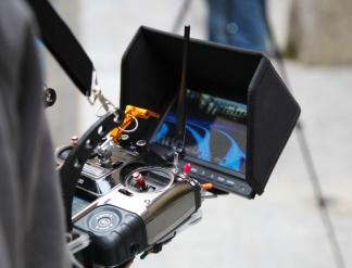 Le cadrage est réalisé grâce au retour d'image en direct sur écran de contrôle.Ainsi vous pouvez intervenir à tout moment sur la réalisation des prises de vues pendant le vol à coté du télé-pilote